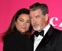 9. Keely Shaye Smith und Pierce Brosnan